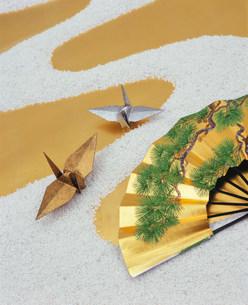 白砂の川と金銀の鶴の写真素材 [FYI04028595]