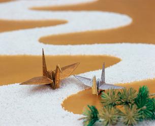白砂の川と金銀の鶴の写真素材 [FYI04028609]