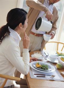 コーヒーを入れる夫の写真素材 [FYI04028644]