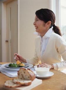 食事中の女性の写真素材 [FYI04028646]