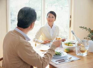 食事中の熟年夫婦の写真素材 [FYI04028676]
