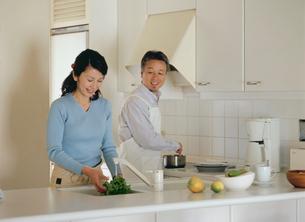 料理をする熟年夫婦の写真素材 [FYI04028677]