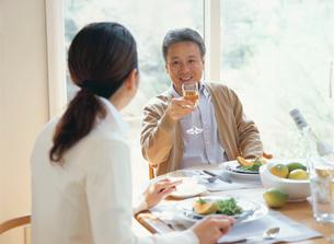 食事中の熟年夫婦の写真素材 [FYI04028678]