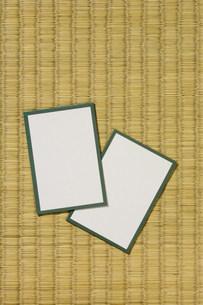 畳の上の二枚のカルタの写真素材 [FYI04028695]