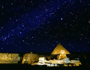 星空のピラミッドとスフィンクスの写真素材 [FYI04028714]