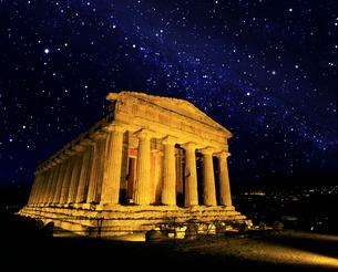 星空のコンコルディア神殿の写真素材 [FYI04028716]