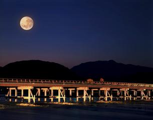 小倉山と渡月橋ライトアップの写真素材 [FYI04028717]