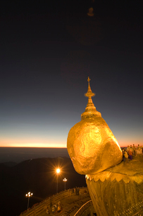 チャイティーヨーパゴダの夕景の写真素材 [FYI04028720]