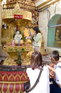 スーレーパゴダ 祈る人々の写真素材 [FYI04028721]