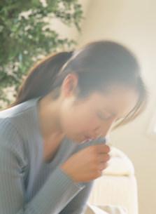 咳をする女性の写真素材 [FYI04028725]