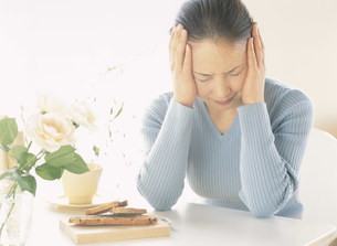 頭痛の女性の写真素材 [FYI04028729]