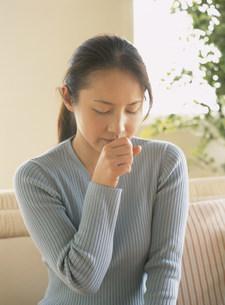 咳をする女性の写真素材 [FYI04028735]
