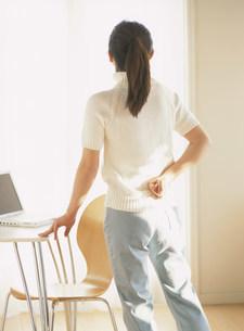 腰痛の女性の写真素材 [FYI04028739]
