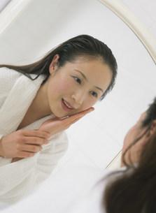 鏡をのぞく女性の写真素材 [FYI04028743]