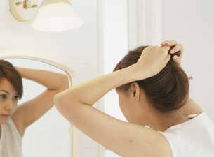 鏡を見る女性の写真素材 [FYI04028760]