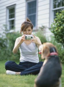 犬を撮影をする女性の写真素材 [FYI04028764]