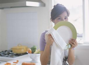 お皿を持つ女性の写真素材 [FYI04028768]