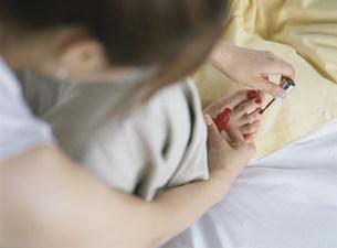 ペディキュアをする女性の写真素材 [FYI04028772]