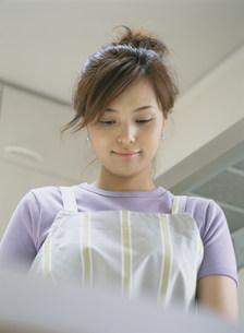 料理をする女性の写真素材 [FYI04028778]