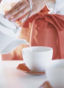 日本茶をいれる手の写真素材 [FYI04028780]