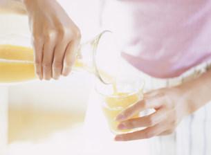 ジュースを注ぐ手元の写真素材 [FYI04028784]