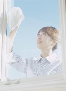 窓をふく女性の写真素材 [FYI04028787]