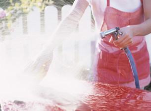 洗車をする手の写真素材 [FYI04028796]