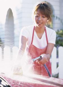 洗車をする女性の写真素材 [FYI04028797]