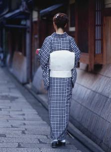 届けものを持つ和服の女性の写真素材 [FYI04028813]