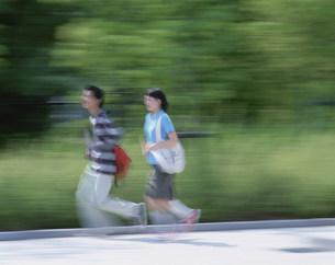 走る高校生カップルの写真素材 [FYI04028817]