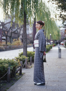 街を歩く和服の女性の写真素材 [FYI04028821]