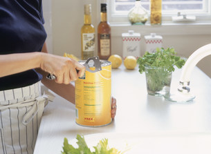 缶詰を開ける女性の写真素材 [FYI04028825]