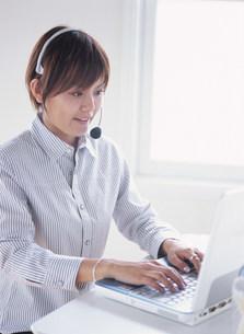 パソコンに向かう女性の写真素材 [FYI04028837]