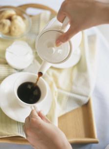 コーヒーをいれる手の写真素材 [FYI04028867]