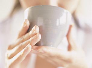 日本茶を飲む女性の写真素材 [FYI04028868]