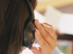 音楽を聴く女性の写真素材 [FYI04028874]