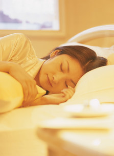 眠る女性の写真素材 [FYI04028882]