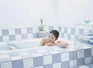 入浴する女性の写真素材 [FYI04028886]