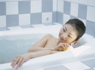 入浴中の女性の写真素材 [FYI04028888]