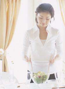 サラダをまぜる女性の写真素材 [FYI04028903]