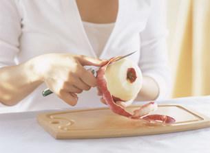 リンゴをむく女性の手元の写真素材 [FYI04028905]
