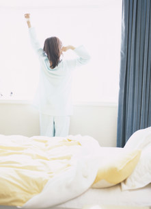 のびをする女性の写真素材 [FYI04028917]