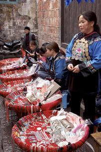 鳳凰古城東正街 銀製品を売る苗族の写真素材 [FYI04028929]