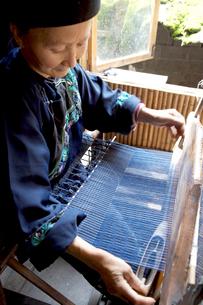 機織の苗族女性の写真素材 [FYI04028935]