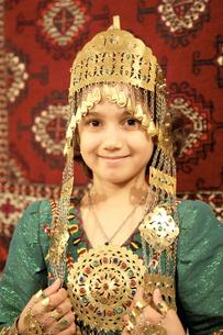 民族舞踊衣裳の少女の写真素材 [FYI04028967]