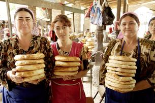 バザール ナンを売る女性の写真素材 [FYI04028989]