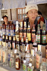バザール ビールやウオッカを売る女性の写真素材 [FYI04028990]