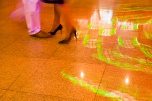 ダンスをする足元と照明が輝くフロアの写真素材 [FYI04029065]