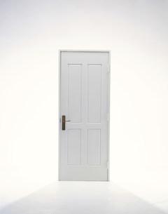 白いドアの写真素材 [FYI04029070]
