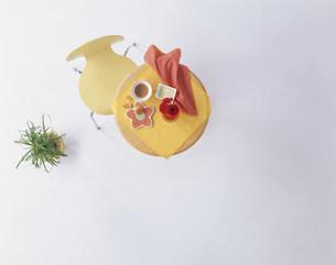 丸テーブルと黄色の椅子の写真素材 [FYI04029087]